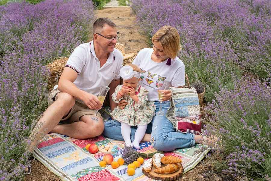 Семейная фотосессия на выезде в лавандовом поле